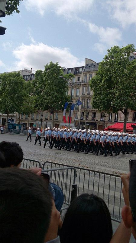Les Pompiers の行進