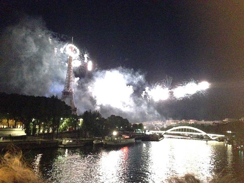 夜空に浮かぶ La Tour Eiffel